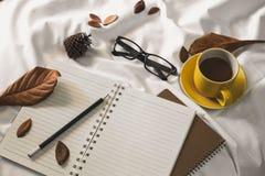 Taza de la letra de la libreta de café fotos de archivo libres de regalías