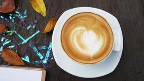 Taza de la libreta, del ordenador y de café en la tabla de madera de la oficina, visión superior Fotografía de archivo libre de regalías