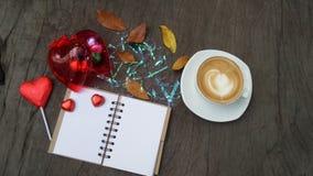 Taza de la libreta, del ordenador y de café en la tabla de madera de la oficina, visión superior Fotos de archivo libres de regalías