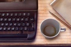 Taza de la máquina de escribir, del lápiz, de papel y vacía del vintage de café Foto de archivo libre de regalías