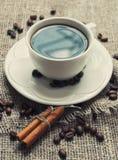 Taza de la mañana de café con los palillos de canela Fotos de archivo