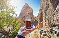 Taza de la mañana de té con la opinión roja del fondo del valle y de las rocas Fotos de archivo libres de regalías