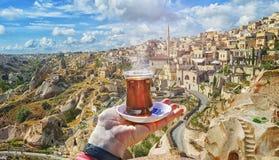 Taza de la mañana de té con vista de la ciudad antigua de la cueva de Nevsehir Imagenes de archivo