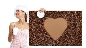 Taza de la mujer del cocinero de café que muestra forma del corazón de la muestra almacen de metraje de vídeo