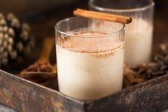 Taza de la Navidad de cacao caliente o de chocolate caliente en el fondo de piedra con los palillos de canela Bebida tradicional  Imagen de archivo libre de regalías