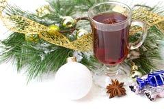 Taza de la Navidad con el té adornado imagenes de archivo
