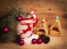 Taza de la Navidad con las decoraciones de la Navidad Foto de archivo