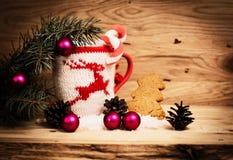Taza de la Navidad con las decoraciones de la Navidad Foto de archivo libre de regalías