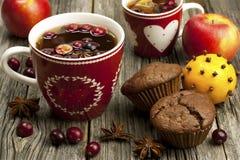 Taza de la Navidad con los molletes del chocolate Imagenes de archivo