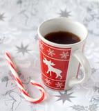 Taza de la Navidad de té y de caramelo Foto de archivo