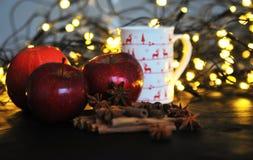 Taza de la Navidad de té y de frutas delante de un fondo luminoso Fotografía de archivo libre de regalías