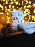 Taza de la Navidad de té y de frutas delante de un fondo luminoso Imágenes de archivo libres de regalías