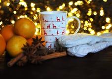 Taza de la Navidad de té y de frutas delante de un fondo luminoso Foto de archivo