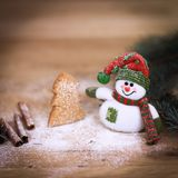Taza de la Navidad y un muñeco de nieve del juguete en fondo de madera Fotos de archivo libres de regalías