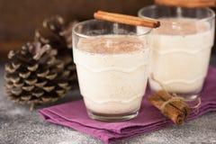 Taza de la Navidad de yema en el fondo de piedra con los palillos de canela Bebida tradicional por invierno, vintag Fotos de archivo libres de regalías