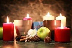 Taza de la noche de té con la vela y la manzana Imagenes de archivo