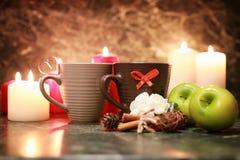 Taza de la noche de té con la vela y la manzana Fotos de archivo libres de regalías