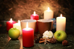 Taza de la noche de té con la vela y la manzana Imágenes de archivo libres de regalías