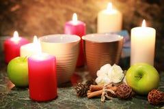 Taza de la noche de té con la vela y la manzana Imagen de archivo libre de regalías