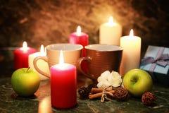 Taza de la noche de té con la vela y la manzana Fotografía de archivo