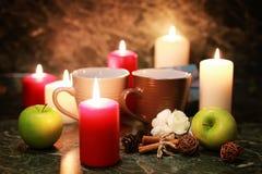 Taza de la noche de té con la vela y la manzana Imagen de archivo