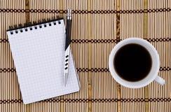 Taza de la pluma y de café. Fotos de archivo libres de regalías