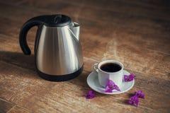 Taza de la porcelana con té negro y la caldera Imágenes de archivo libres de regalías