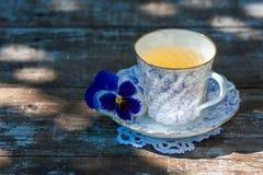 Taza de la porcelana de té en una tabla de madera en el jardín Partido del verano Fotos de archivo libres de regalías
