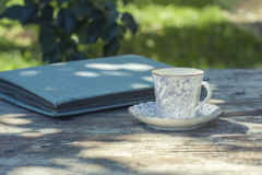 Taza de la porcelana de té en una tabla de madera en el jardín Partido del verano Foto de archivo