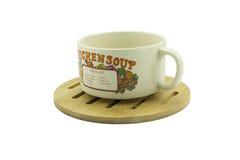 taza de la sopa en el platillo de madera Fotos de archivo libres de regalías