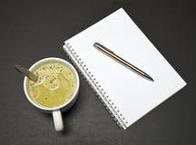 Taza de la sopa y cuaderno imagen de archivo