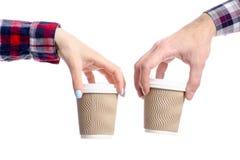Taza de la tenencia de la mano del hombre y de la mujer de caf? fotos de archivo