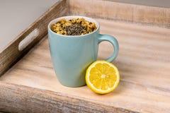 Taza de la turquesa de té con el limón en la bandeja Fotografía de archivo libre de regalías