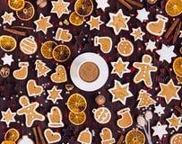 Taza de las galletas del pan de jengibre de canela de las naranjas del Año Nuevo de la bebida de la Navidad del café Fotos de archivo libres de regalías