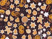 Taza de las galletas del pan de jengibre de canela de las naranjas del Año Nuevo de la bebida de la Navidad del café Fotos de archivo