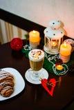 Taza de latte con la melcocha y de decoración de la Navidad en la tabla Fotos de archivo libres de regalías