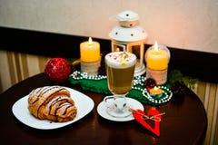 Taza de latte con la melcocha y de decoración de la Navidad en la tabla Foto de archivo