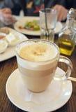 Taza de Latte del café en café Imágenes de archivo libres de regalías