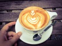 Taza de latte o de capuchino caliente con arte fascinador del latte Fotos de archivo