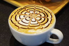 Taza de latte o de capuchino del arte del café Foto de archivo libre de regalías