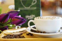 Taza de latte o de capuchino del arte del café Fotos de archivo