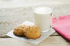 Taza de leche con las galletas de harina de avena Fotografía de archivo libre de regalías