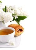 Taza de lila del té y del blanco Imágenes de archivo libres de regalías