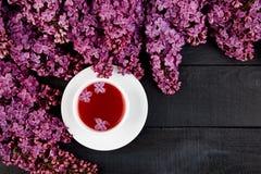 Taza de lila del té y del ramo imagenes de archivo