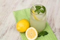 Taza de limonada con los limones desde arriba Imagen de archivo libre de regalías