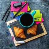 Taza de los cruasanes de los efectos de escritorio del negocio de la escuela de café en la pizarra del grunge Fotografía de archivo libre de regalías