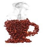 Taza de los granos de café con el humo aislado Foto de archivo