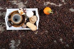 Taza de macarons del aand del café Fotografía de archivo libre de regalías