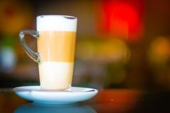 Taza de macchiato del latte del café en cafetería Fotografía de archivo libre de regalías