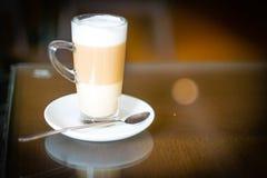 Taza de macchiato del latte del café en cafetería Imágenes de archivo libres de regalías